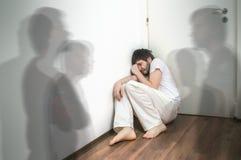 Το φοβησμένο και εκφοβισμένο άτομο έχει τις παραισθήσεις και βλέπει τα φαντάσματα Στοκ Εικόνες