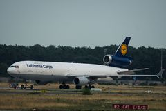 Το φορτίο McDonnell Douglas MD-11 της Lufthansa ρυμουλκεί στο airfiel Στοκ Φωτογραφία