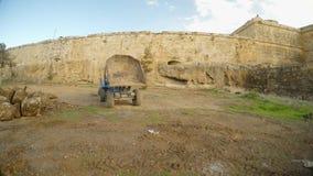 Το φορτηγό απορρίψεων είναι σε μια βαθιά τάφρο του παλαιού φρουρίου Famagusta, πανόραμα φιλμ μικρού μήκους