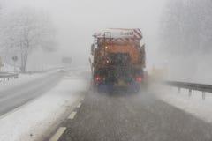 Το φορτηγό αφαιρεί το χιόνι από το δρόμο Στοκ Φωτογραφία