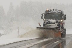 Το φορτηγό αφαιρεί το χιόνι από το δρόμο Στοκ φωτογραφίες με δικαίωμα ελεύθερης χρήσης