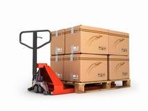 Το φορτηγό παλετών χεριών φέρνει μια παλέτα με τα κιβώτια είναι στο α Στοκ εικόνα με δικαίωμα ελεύθερης χρήσης