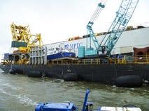 Το φορτηγό πλοίο με το γερανό, η τοπ άποψη Pipelaying φορτηγίδα στοκ φωτογραφία με δικαίωμα ελεύθερης χρήσης