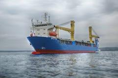 Το φορτηγό πλοίο στη θάλασσα Στοκ Φωτογραφίες