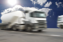 Το φορτηγό στο δρόμο ασφάλτου στοκ φωτογραφίες με δικαίωμα ελεύθερης χρήσης