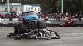 Το φορτηγό τεράτων τρέχει εύκολα πέρα από το σωρό των αυτοκινήτων παλιοπραγμάτων, Bigfoot απόθεμα βίντεο