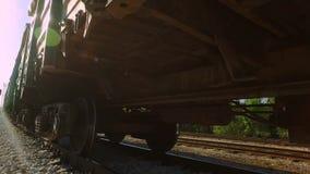 Το φορτηγό τρένο που αναμένει στη βιομηχανική περιοχή, φέρνει τα πράσινα εμπορευματοκιβώτια φιλμ μικρού μήκους