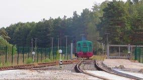 Το φορτηγό τρένο ταξιδεύει αργά μέσω του εργοστασίου Εμπορευματοκιβώτιο στο τραίνο φιλμ μικρού μήκους