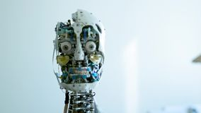 Το φουτουριστικό θηλυκό ρομπότ humanoid είναι μη απασχόλησης Έννοια του μέλλοντος Το κεφάλι ενός αρρενωπού ρομπότ humanoid humano απόθεμα βίντεο