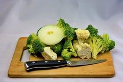 Το φρέσκα ακατέργαστα μπρόκολο και το κουνουπίδι ανακατώνουν τα τηγανητά Στοκ Εικόνα