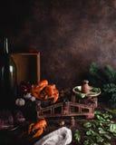 Το φρέσκοι ακατέργαστο ψάρι και οι αστακοί στις εκλεκτής ποιότητας κλίμακες με τα χορτάρια, τα λαχανικά και το έλατο διακλαδίζοντ Στοκ Φωτογραφίες