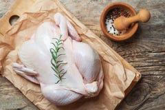 Το φρέσκο ακατέργαστο κοτόπουλο γέμισε με τις ντομάτες και το άλας πιπεριών δεντρολιβάνου κατά pounder τη τοπ άποψη με το διάστημ Στοκ Εικόνες