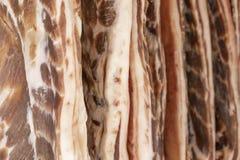 Το φρέσκο μπέϊκον πωλείται στην προθήκη χασάπηδων στοκ φωτογραφία με δικαίωμα ελεύθερης χρήσης