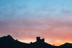 Το φρούριο στο βράχο στο υπόβαθρο ηλιοβασιλέματος Στοκ φωτογραφίες με δικαίωμα ελεύθερης χρήσης