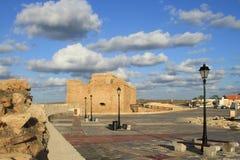 Το φρούριο της θάλασσας ο λιμένας των αρχαίων φω'των καλύπτει το μπλε ουρανό στοκ φωτογραφία