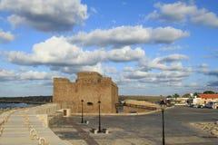 Το φρούριο της θάλασσας ο λιμένας των αρχαίων φω'των καλύπτει το μπλε ουρανό στοκ εικόνες