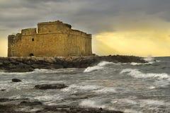 Το φρούριο της παραλίας ηλιοβασιλέματος κυμάτων θάλασσας καλύπτει να εξισώσει στοκ εικόνες με δικαίωμα ελεύθερης χρήσης