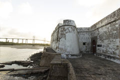 Το φρούριο των τριών σοφών ανθρώπων και της γέφυρας Newton Navarro πέρα από τον ποταμό Potengi Στοκ Εικόνες