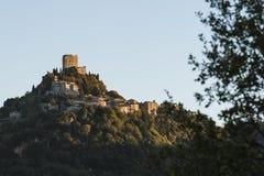Το φρούριο Tentennano επάνω από τον οπωρώνα σε ένα μικρό χωριουδάκι στο d'Orcia Castiglione στοκ εικόνες με δικαίωμα ελεύθερης χρήσης
