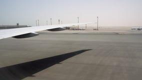 Το φτερό ενός μεγάλου αεροσκάφους κάτω από τον καψαλίζοντας ήλιο Όμορφος ορίζοντας στο υπόβαθρο απόθεμα βίντεο