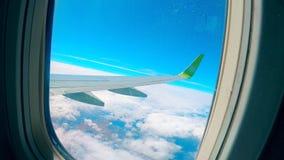 Το φτερό ουρανού και αεροπλάνων που βλέπει από το παράθυρό του απόθεμα βίντεο