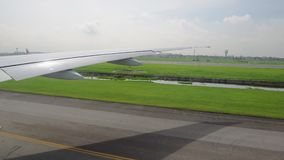 Το φτερό των αεροσκαφών από το παράθυρο αεροσκάφη στο διάδρομο που περιμένει την απογείωση απόθεμα βίντεο