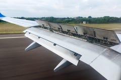 Το φτερό των αεροσκαφών με τα χτυπήματα ανοικτά στοκ εικόνες με δικαίωμα ελεύθερης χρήσης
