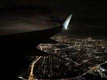 Το φτερό των αεροσκαφών πέρα από την άποψη νύχτας της Μόσχας στοκ φωτογραφίες