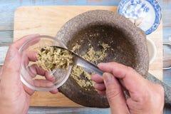 Το φτυάρι αρχιμαγείρων κομματιάζει του κορίανδρου, του πιπεριού και του σκόρδου στο φλυτζάνι Στοκ φωτογραφίες με δικαίωμα ελεύθερης χρήσης
