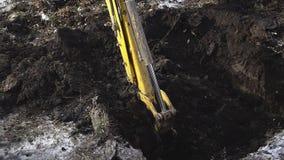 Το φτυάρι εκσκαφέων σκάβει σε ένα έδαφος απόθεμα βίντεο