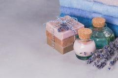 Το φυσικό καλλυντικό έλαιο, η κρέμα και το φυσικό χειροποίητο σαπούνι με Στοκ εικόνες με δικαίωμα ελεύθερης χρήσης