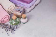 Το φυσικό καλλυντικό έλαιο, η κρέμα και το φυσικό χειροποίητο σαπούνι με Στοκ φωτογραφία με δικαίωμα ελεύθερης χρήσης