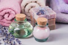 Το φυσικό καλλυντικό έλαιο, η κρέμα και το φυσικό χειροποίητο σαπούνι με Στοκ φωτογραφίες με δικαίωμα ελεύθερης χρήσης