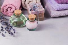 Το φυσικό καλλυντικό έλαιο, η κρέμα και το φυσικό χειροποίητο σαπούνι με Στοκ Φωτογραφίες
