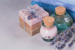 Το φυσικό καλλυντικό έλαιο, η κρέμα και το φυσικό χειροποίητο σαπούνι με Στοκ Φωτογραφία
