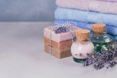 Το φυσικό καλλυντικό έλαιο, η κρέμα και το φυσικό χειροποίητο σαπούνι με Στοκ εικόνα με δικαίωμα ελεύθερης χρήσης