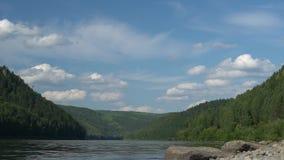 Το φυσικό καλοκαίρι τοποθετεί το τοπίο με γρήγορα να κινήσει τα ογκομετρικά σύννεφα επάνω από τον ποταμό φιλμ μικρού μήκους