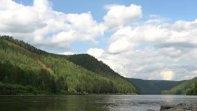 Το φυσικό καλοκαίρι τοποθετεί το τοπίο με γρήγορα να κινήσει τα ογκομετρικά σύννεφα επάνω από τον ποταμό απόθεμα βίντεο