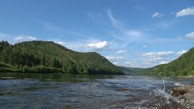 Το φυσικό καλοκαίρι τοποθετεί το τοπίο με τα γρήγορα κινούμενα σύννεφα επάνω από τον ποταμό και τις βάρκες απόθεμα βίντεο