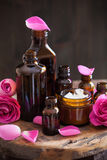 Το φυσικό καλλυντικό στα βάζα γυαλιού και αυξήθηκε aromatherapy SPA λουλουδιών Στοκ εικόνα με δικαίωμα ελεύθερης χρήσης