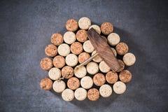 Το φυσικό κρασί βουλώνει και εκλεκτής ποιότητας ανοιχτήρι Στοκ Εικόνες