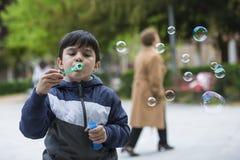 Το φυσώντας σαπούνι παιδιών βράζει υπαίθρια Στοκ εικόνα με δικαίωμα ελεύθερης χρήσης