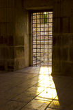 Το φως ήλιων περνά το παράθυρο φυλακών Στοκ Εικόνες