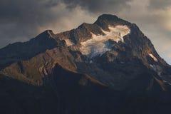 Το φως ηλιοβασιλέματος λάμπει στην αιχμή του βουνού Roche de Λα Muzelle στοκ εικόνες