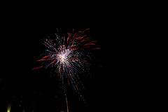 Το φως πυροτεχνημάτων επάνω ο ουρανός με την τύφλωση επιδεικνύει στοκ φωτογραφία