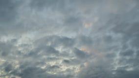 Το φως στο σκοτεινό και δραματικό υπόβαθρο σύννεφων θύελλας, μαύρος σωρείτης καλύπτει πριν από την αρχή μιας ισχυρής θύελλας στοκ φωτογραφία