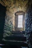 Το φως της ημέρας περνά από το παράθυρο στο μεσαιωνικό κάστρο υπόγεια στοκ εικόνες