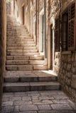 Το φως χύνει κάτω από μια απότομη στενή στενωπό Dubrovnik, Κροατία Στοκ φωτογραφίες με δικαίωμα ελεύθερης χρήσης