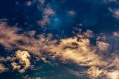 Το φωτεινό βαμμένο φτερό καλύπτει σε ένα υπόβαθρο του φωτεινού μπλε ουρανού ηλιοβασιλέματος, η φρεσκάδα της άνοιξη στοκ εικόνες με δικαίωμα ελεύθερης χρήσης