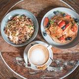 Το φωτεινό πιάτο με αμερικανικές τηγανίτες τις υγιείς θερινών προγευμάτων με τα μούρα και μια δύναμη κυλούν στοκ φωτογραφίες